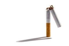 Cigarro do filtro quebrado em dois Fotografia de Stock Royalty Free