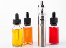 Cigarro e garrafas eletrônicos com líquido do vape no fundo branco Foto de Stock Royalty Free