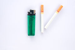 Cigarro e isqueiro no fundo branco Foto de Stock