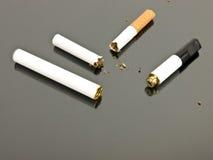 Cigarro eletrônico e cigarro análogo imagens de stock