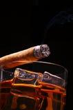 Cigarro en el whisky Fotos de archivo