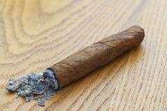 Cigarro en la madera fotografía de archivo libre de regalías