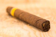 Cigarro en un tablero de madera Fotos de archivo libres de regalías