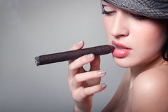 Cigarro hermoso atractivo de la mujer que fuma Imágenes de archivo libres de regalías