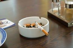 cigarro no cinzeiro Imagem de Stock Royalty Free
