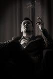 Cigarro pensativo do fumo do homem Foto de Stock