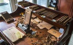 Cigarro preparaed, Vinales, la UNESCO, Pinar del Rio Province, Cuba, las Antillas, el Caribe, America Central foto de archivo