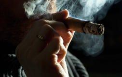 Cigarro que fuma Foto de archivo libre de regalías