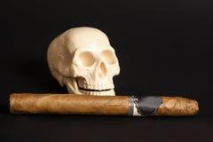 Cigarro que fuma de la acción humana del scull Fotos de archivo libres de regalías