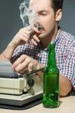 Cigarro que fuma del autor y alcohol de consumición en Fotografía de archivo libre de regalías