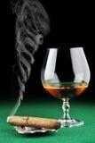 Cigarro y bebida imagen de archivo libre de regalías