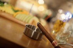 Cigarro y cenicero Imágenes de archivo libres de regalías