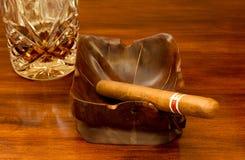 Cigarro y ron Fotografía de archivo libre de regalías