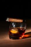 Cigarro y whisky Fotos de archivo libres de regalías