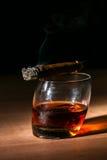 Cigarro y whisky Foto de archivo