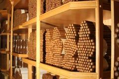 Cigarros cubanos en una pila grande dentro de un humidor Foto de archivo libre de regalías