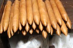 Cigarros cubanos sobre la tabla Foto de archivo