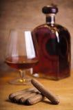 Cigarros cubanos y coñac francés Fotografía de archivo