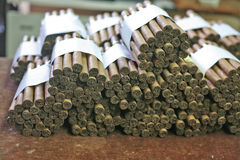 Cigarros doblados en la casa del tabaco Fotos de archivo libres de regalías