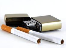 Cigarros e isqueiro fotos de stock royalty free