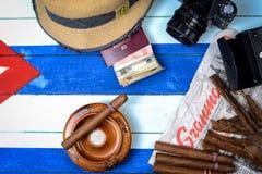 Cigarros y periódico del comunismo con la cámara retra Foto de archivo