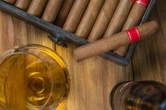Cigarros y ron o alcohol en la tabla Imagen de archivo