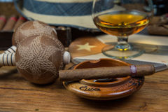 Cigarros y ron o alcohol en la tabla Foto de archivo