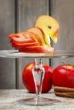 Cigno di Apple. Decorazione fatta di frutta fresca. Fotografie Stock