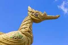 Cigno dorato tailandese sul fondo del cielo blu Fotografia Stock Libera da Diritti