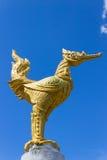Cigno dorato tailandese tutto il corpo sul fondo del cielo blu Fotografie Stock Libere da Diritti