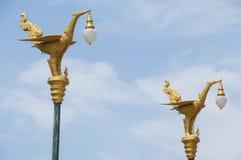 Cigno tailandese di arte sulla posta della lampada Immagini Stock