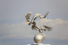 Cigognes sur la voûte à Tashkent Image stock