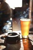 Cigratte und Pint Bier. Stockfoto