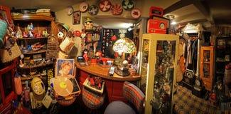 伊斯坦布尔,Cihangir/土耳其04 04 2019年:美丽的咖啡馆全景,惊人的古色古香的收藏,古色古香的玩具 库存照片