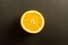 Ciie dojrzałej pomarańcze na czerń kamienia tle Obraz Royalty Free