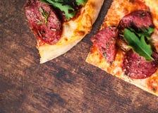 Ciie w plasterki wyśmienicie świeżą pizzę z serem, ziele, pieprz Obraz Stock