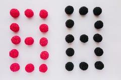 Cijfer acht wordt geschreven in zwart en rood op een witte backgro Royalty-vrije Stock Foto