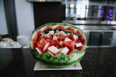 Cijfer dat uit watermeloen wordt gesneden Snijdende watermeloen stock afbeeldingen