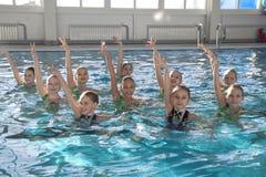 Cijfer die voor kinderen zwemmen stock foto