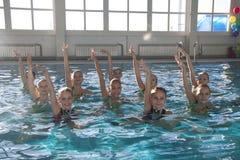 Cijfer die voor kinderen zwemmen Stock Afbeeldingen