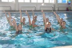 Cijfer die voor kinderen zwemmen Stock Foto's