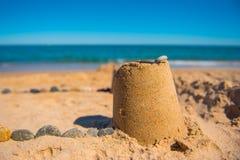 Cijfer door een kind in het zand op het strand wordt gemaakt dat Stock Afbeelding