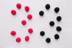 Cijfer drie wordt geschreven in zwart en rood op een witte backgro Royalty-vrije Stock Foto's