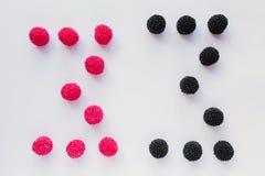 Cijfer drie wordt geschreven in zwart en rood op een witte backgro Royalty-vrije Stock Afbeelding
