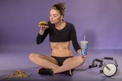Cijfer en dieet van een jong meisje Dieet Sport en het juiste voedsel stock afbeeldingen