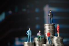 Cijfer miniatuurzakenman van klein menseninvesteerder en bureau Royalty-vrije Stock Foto's