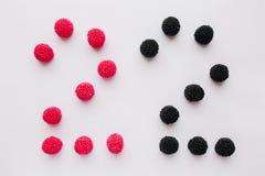 Cijfer twee wordt geschreven in zwart en rood op een witte backgroun Royalty-vrije Stock Afbeelding