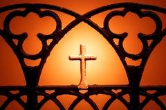 Cijfer van een kruis op een oranje achtergrond Christelijk dwarssilhouet Royalty-vrije Stock Afbeelding
