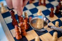 Cijfer van het bedrijfsmensen het bewegende schaak met erachter team strategie of leidingsconcept royalty-vrije stock foto