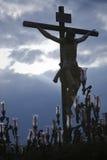 Cijfer van Jesus op het kruis dat in hout door de beeldhouwer Alvarez Duarte wordt gesneden Royalty-vrije Stock Afbeeldingen